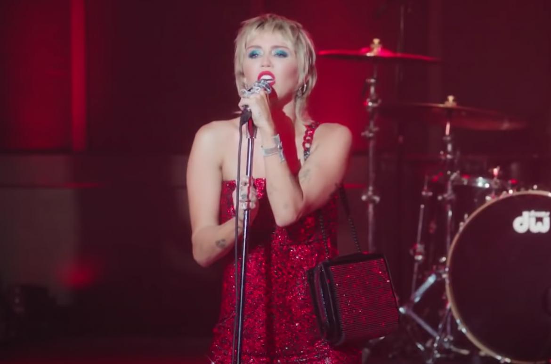 "Miley Cyrus cuenta sobre carta de Stevie Nicks e interpreta un cover de ""Maneater"""