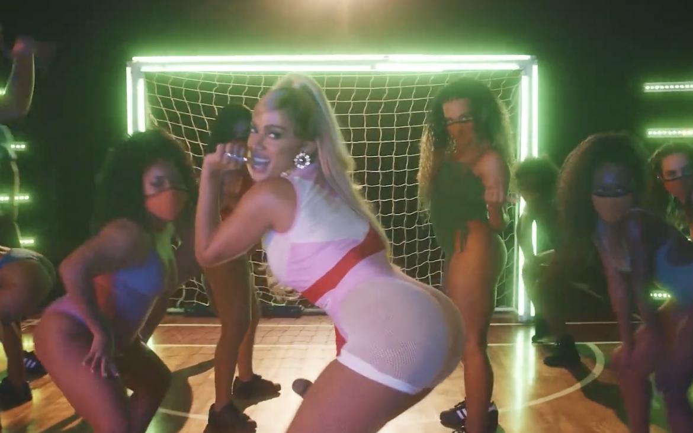 Anitta interpreta «Me Gusta» y otros hits en la presentación mundial del videojuego FIFA 21