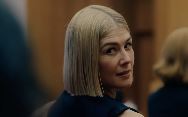 Rosamund Pike es una estafadora en «Descuida, yo te cuido», nuevo film de Netflix