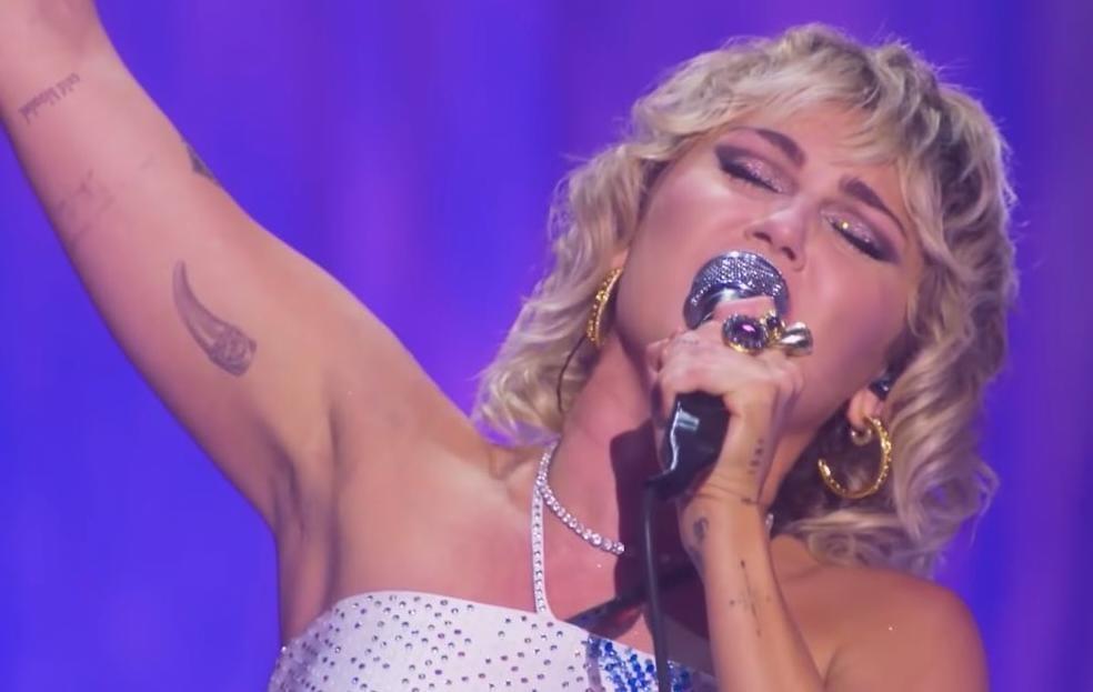 «Stand By You», Miley Cyrus interpreta «Believe» de Cher junto a drag queens
